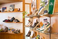 旅行に履いていく靴、仕事の時の靴、冠婚葬祭のフォーマル靴で足が痛くて困っていませんか?岐阜県瑞浪市の三喜屋靴店では、夫婦で上級シューフィッターの私たちが足と靴のお困りごと、悩みに寄り添います。お出かけの靴、パンプス、革靴、旅行の靴、お仕事の靴、安全靴、ヒール靴、ビジネス靴、オシャレ靴、カジュアル靴、オーダーメイド靴で対応します。。