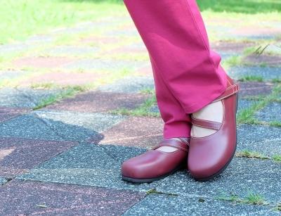 外反母趾で合う靴がないと悩んでいる女性の為の、セミオーダーメイド靴。ブラックで作ると冠婚葬祭用に使える靴。楽ちんな靴でお出かけが楽しくなります。岐阜 愛知 名古屋で外反母趾で履ける靴がないとお悩みの方は上級シューフィッターのいる三喜屋靴店へご相談ください。