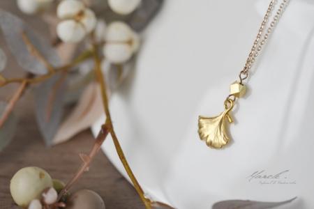 金色イチョウのネックレス