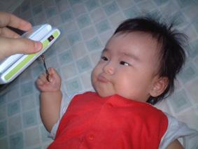 携帯を握りしめる