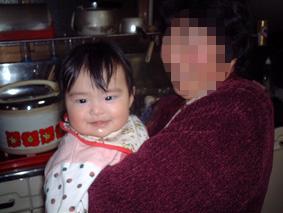 おばあちゃんに抱かれて笑顔