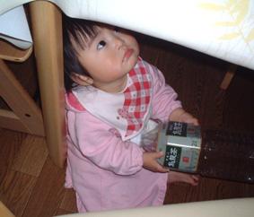 テーブルの下にもぐって