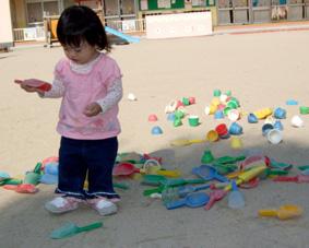 園庭で遊ぶ