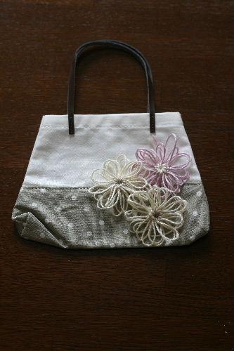 花のモチーフ付きバッグ