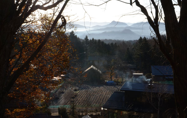 朝もやの山村
