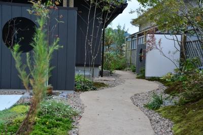 モデルハウス裏庭へ続く道