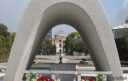携帯-慰霊碑と原爆ドーム.jpg