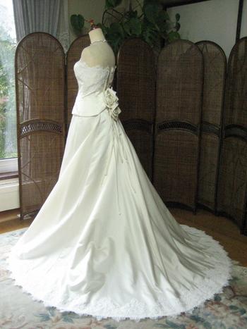 シルエット重視のウェディングドレスのバックスタイル