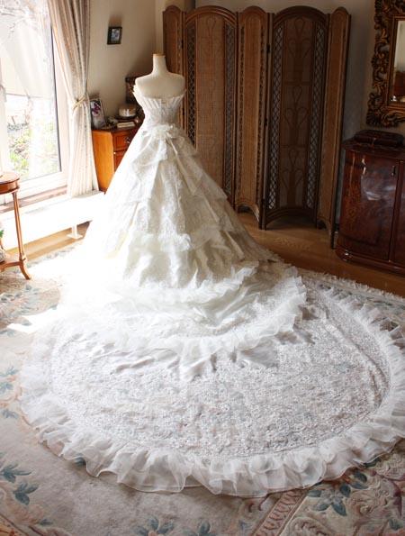 ロングトレーンのウェディングドレスを求めるバックスタイルデザイン