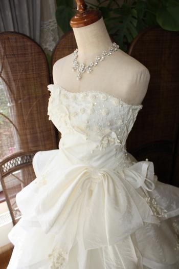 フェミニンなウェディングドレスデザイン