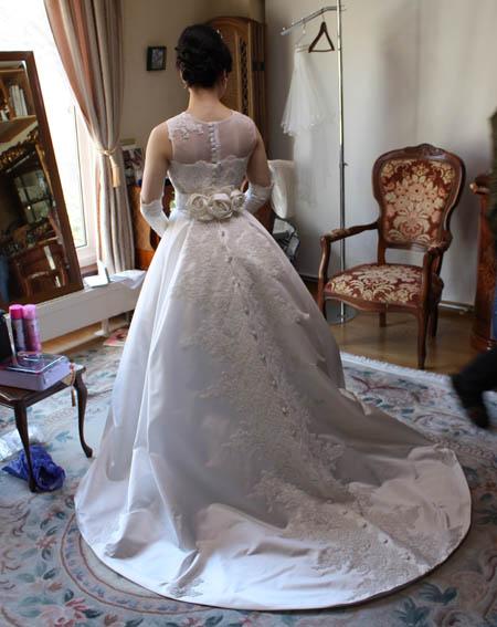 デザイナーが花嫁のドレス姿をご相談