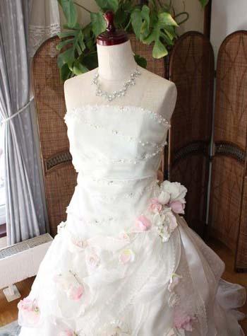 個性的なウェディングドレスを演出 ピンクを取り入れたドレス