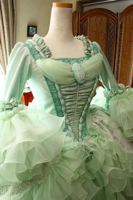アンティークやロココイメージのドレスデザイン