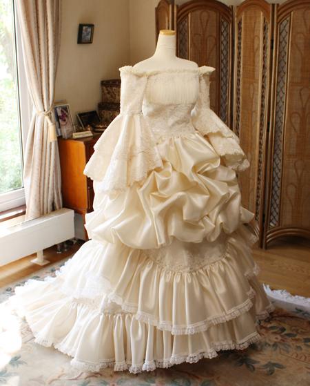シャンパンカラーのアンティークウェディングドレス