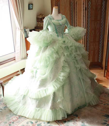 マリーアントワネットをイメージするウェディグドレス