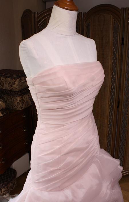 ウェディングドレスの胸周りのとウェストのお直し