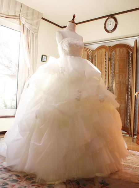 フリルと丈を修正して、ウェディングドレスが歩くときに巻き込まないように修正
