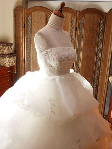 ウェディングドレスのオーバースカート。タッキングの修正