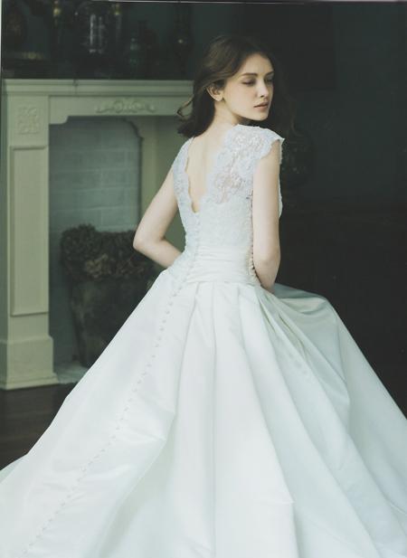 ウェディングドレスの後ろ姿。繊細なデコルテ。