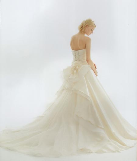 ウェディングドレス バックスタイル デザイン