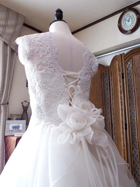 シルクオーガンジーのウェディングドレス 共生地コサージュ製作