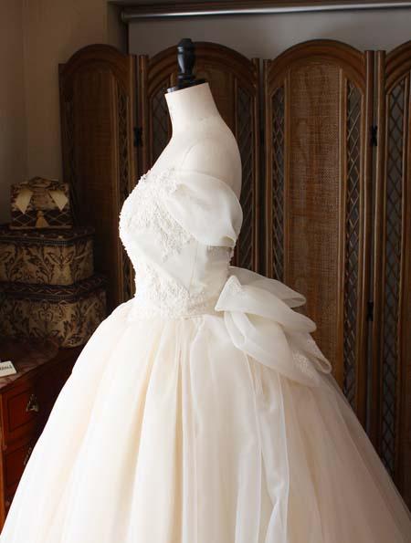 ウェディングドレスのウェストをシャープに見せるデザイン