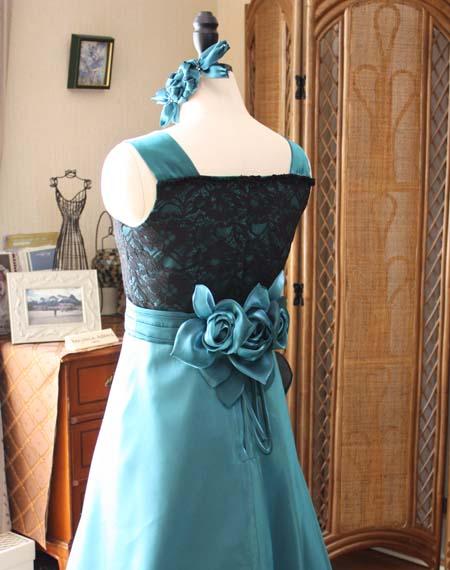 コサージュが施されたロングドレス