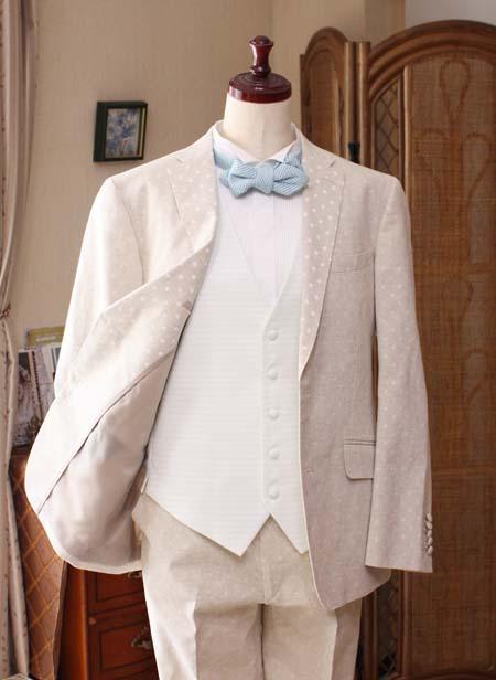 カジュアル感のある結婚式花婿衣装