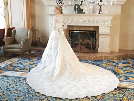 チャペルウェディング用のロングトレーンのウェディングドレス