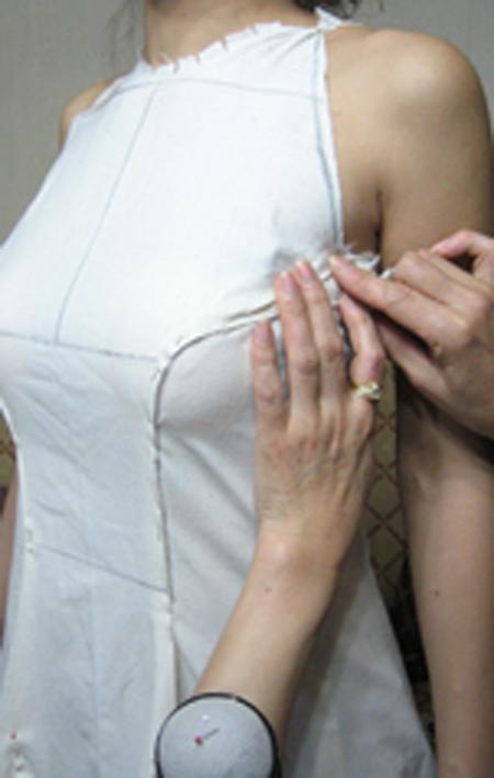 ミリ単位の仮縫いによるウェディングドレス制作