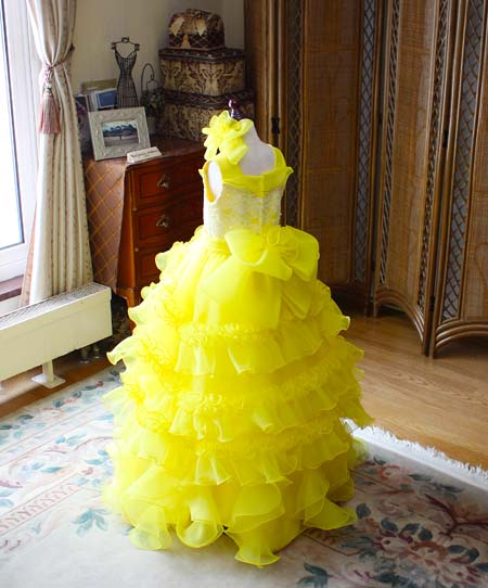 ベルラインシルエット 元気なイメージとポップな雰囲気を表現するドレスデザイン