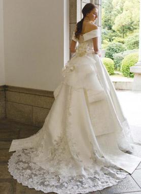 バックスタイルが素敵なウェディングドレス チャペルトレーン
