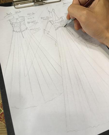 花嫁に描いたウェディングドレスのデザイン画