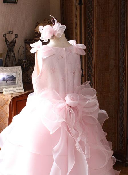 ドレスに施された可愛らしいリボン