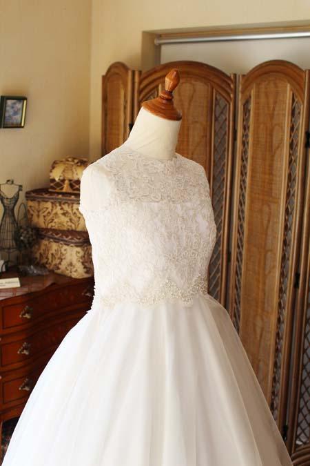 ラウンドネックのウェディングドレス