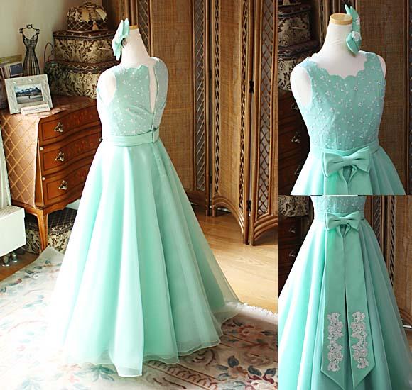 ステージに映えるエレガントなシルエットとデザインのドレス
