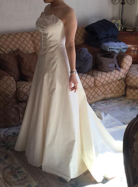 立体裁断で仮縫いを行うお客様のウェディングドレス