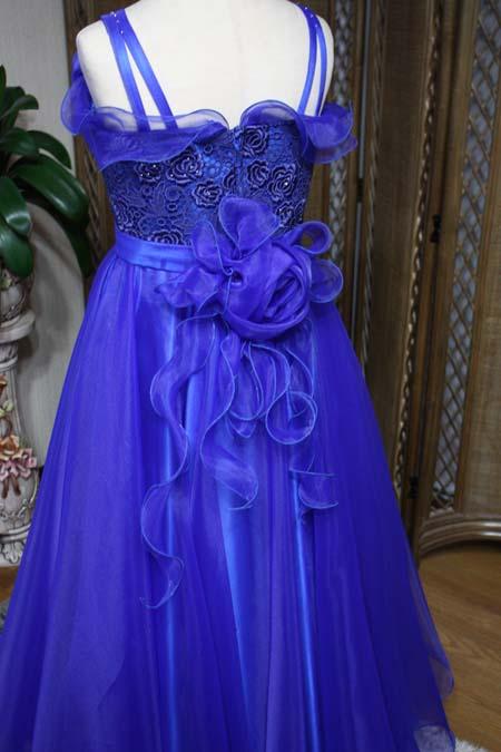 ウェディングドレスのようなコサージュをデザイン