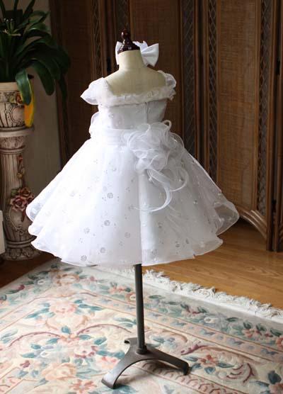 子供用ウェディングドレスのバックスタイルデザイン