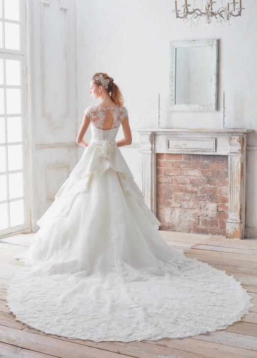 チャペルトレーンのウェディングドレス