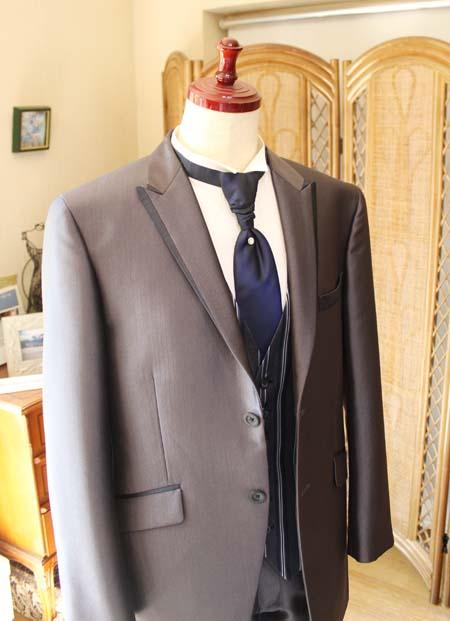 お洒落なパイピングの襟デザインとピークのラベル