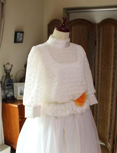 ハイネックとスリーブを施したドレスのデザイン