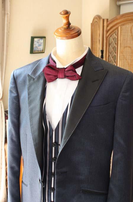 襟元と胸元のデザイン