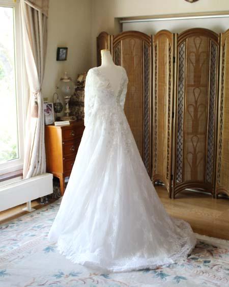 レース素材のエレガントなウェディングドレス