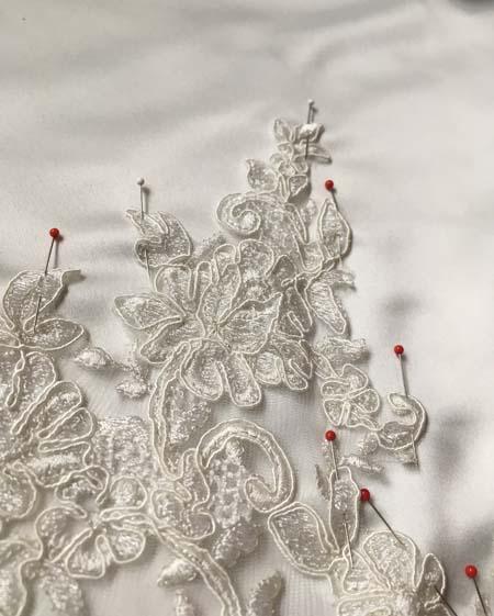 リバレースをハンドメイドで施す ウェディングドレスの制作シーン