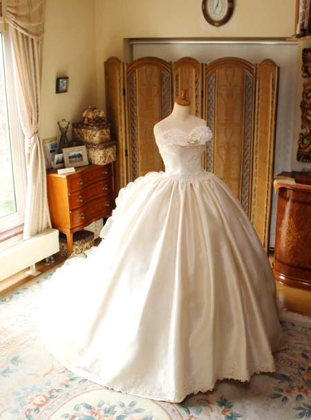 アンティ−ク調のウェディングドレス