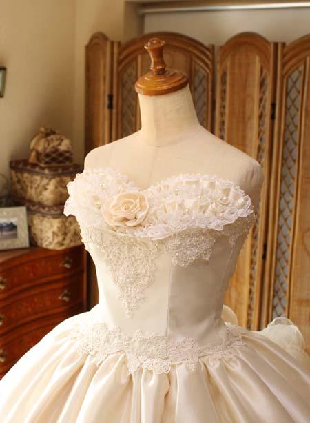 ウェディングドレスの胸元のデコルテと詳細デザイン
