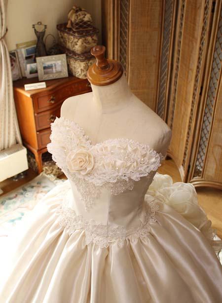 胸元のバラのコサージュイメージ