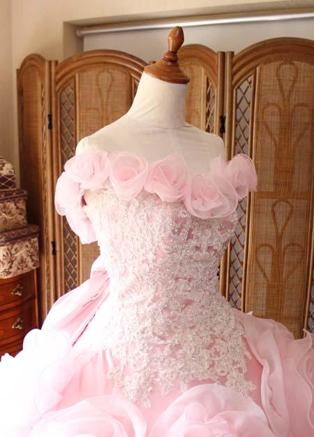 胸元のバラのコサージュ デザイン