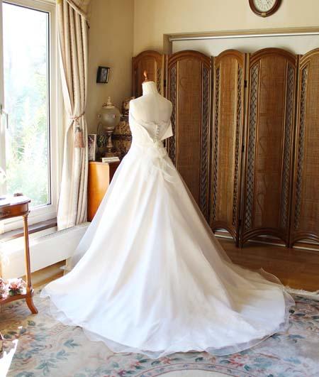教会式のバージンロードに映えるウェディングドレス